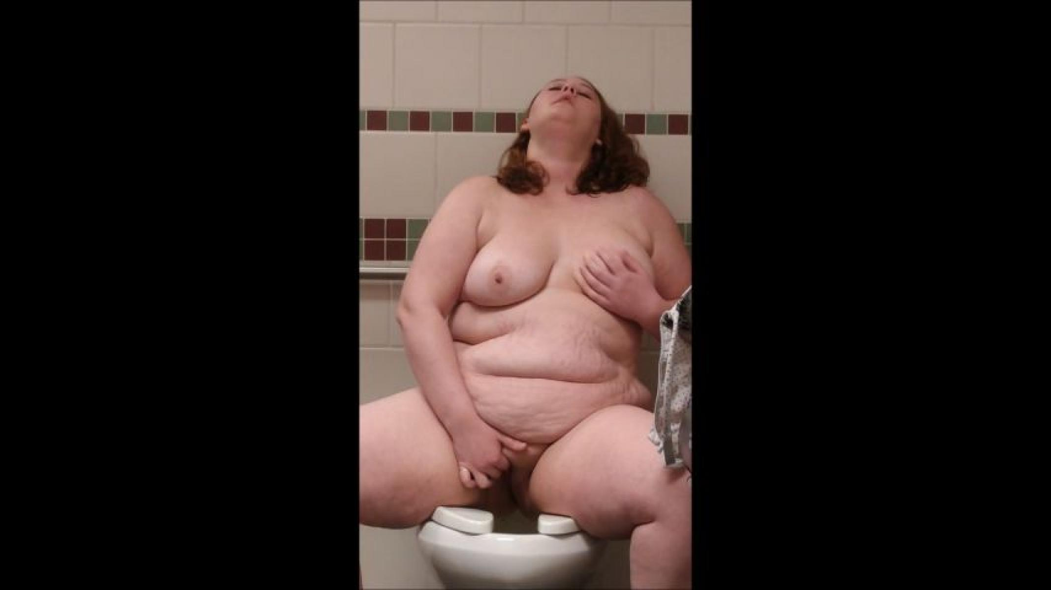 Bbw with grool in her pussy as she takes a pee